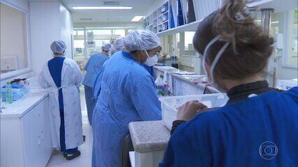Especialistas dizem que não há vacinas nem para metade dos profissionais de saúde do país