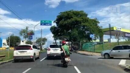 Motociclista é flagrado ao transportar passageiro com bicicleta na garupa, em Goiânia