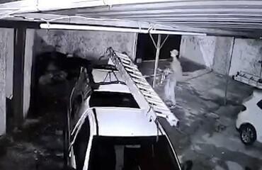 Vídeo flagrada momento em que escada é furtada em Limeira