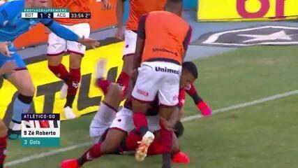 Zé Roberto, do Atlético-GO, é derrubado, durante comemoração de gol contra o Botafogo