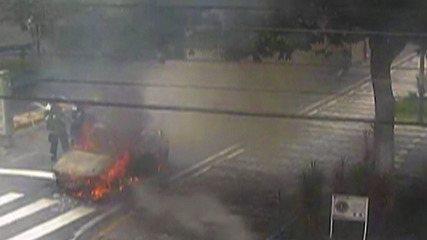 Carro pega fogo no Largo do Carmo, em Mogi das Cruzes