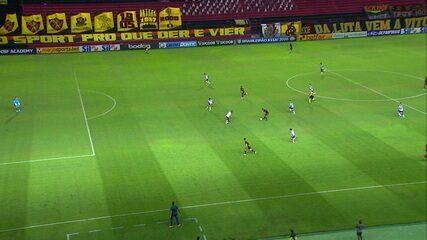 Não valeu! Thiago Neves recebe, cruza e Ewerthon marca, mas VAR flagra impedimento do meia na jogada, aos 6 do 2º