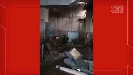 Homem é arrastado por enxurrada que se forma em oficina de Bauru