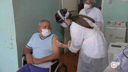Idosos de asilo que teve surto de Covid-19 com 15 mortes recebem dose da vacina em Tupã