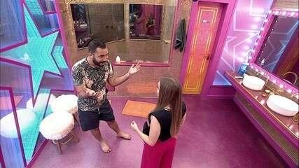 Gilberto se declara para Carla Diaz: 'Eu te amo muito'