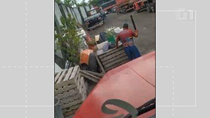 Flagrante: vídeo do momento em que o idoso aparece dando pauladas em carro na capital baiana