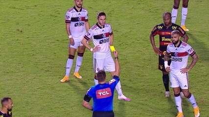 Árbitro expulsa Ronaldo Henrique por deixar o braço em Gabigol, mas substitui vermelho por amarelo após VAR