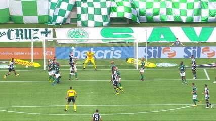 Forster se machuca sozinho contra o Palmeiras