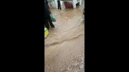 Chuva invade supermercado e alaga ruas na cidade de Caieiras, na Grande SP
