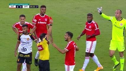 Expulso! Uendel puxa Marquinhos, que sairia sozinho na cara do gol, aos 25 do 1º