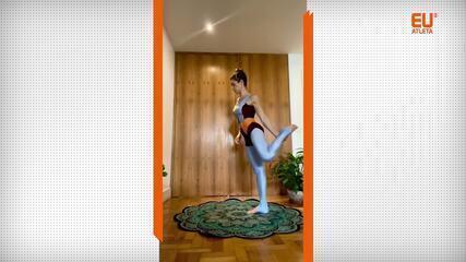 A instrutora de yoga Adriana Camargo demonstra o Natarajasana