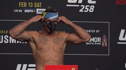 Kamaru Usman e Gilbert Durinho se enrolam com máscaras em pesagem do UFC 258