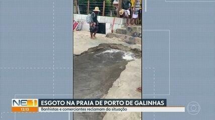 Esgoto invade praia de Porto de Galinhas em direção ao mar