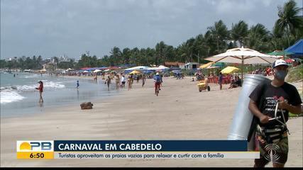 Turistas aproveitam praias vazias de Cabedelo para relaxar no carnaval