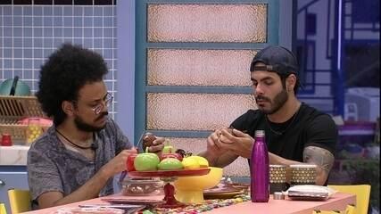 Brothers preparam almoço na Xepa do BBB21