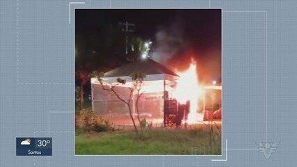 Incêndio atinge quiosque em São Vicente e fogo é contido por moradores