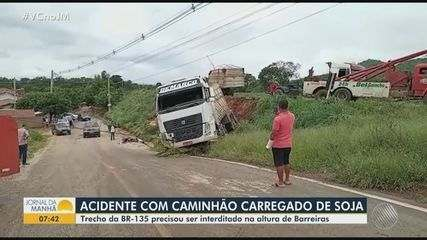 Caminhão carregado se soja cai em ribanceira de rodovia no oeste da Bahia