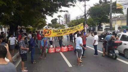 Protesto contra alta nos preços dos combustíveis fecha a Av. Fernandes Lima, em Maceió