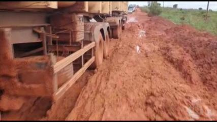 Em MT, caminhoneiros com soja ficam atolados na estrada por falta de desvio