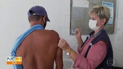 Coveiros e agentes de saúde de clínicas particulares recebem vacina da Covid em Jaboatão