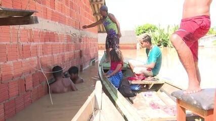 Família se arrisca e mergulha em casa submersa para tentar salvar móveis durante cheia