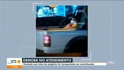 Paciente com tubo de oxigênio é transportado em caminhonete em Chapecó