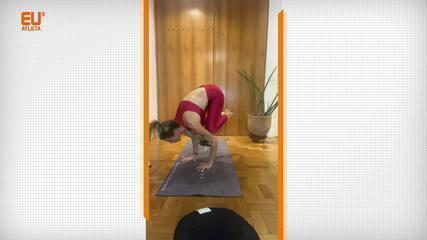 A instrutora de yoga Adriana Camargo ensina a fazer a Bakasana, postura do corvo