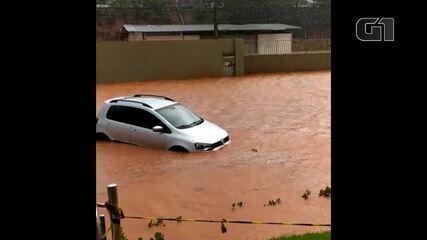 Vídeo mostra efeito da chuva BR-101 em Viana