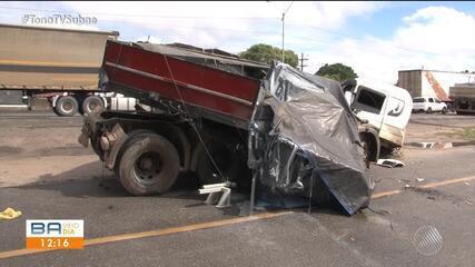 Caminhão se envolve em acidente com ambulância por causa de poça de água