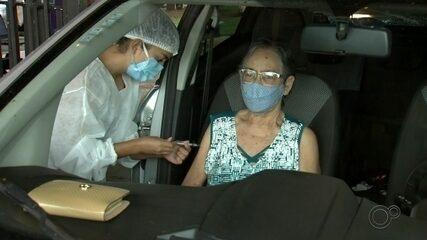 Fila extensa é formada na vacinação dos idosos a partir de 77 anos em Ourinhos