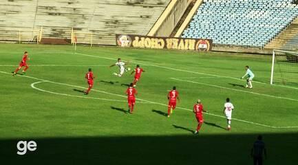 Netho Brasil pega de primeira cruzamento da direita e acerta um golaço no Albertão