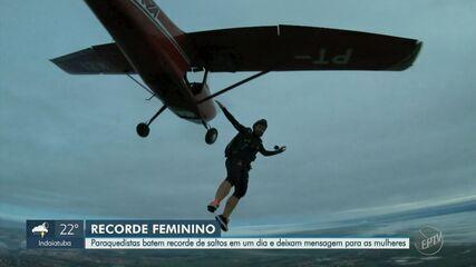 Dupla de mulheres bate recorde mundial de saltos de paraquedas em Piracicaba