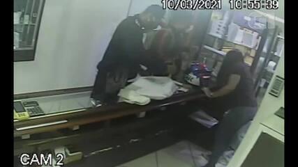 Câmeras de segurança registram momento que joalheria é assaltada em Petrópolis, no RJ