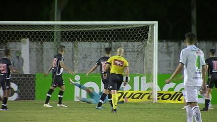Gol da Caldense! Bruno Oliveira fica com a sobra na entrada da área e bate no canto, aos 36' do 2T