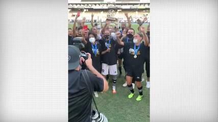 Jogadoras do Botafogo comemoram título estadual após vitória sobre o Fluminense