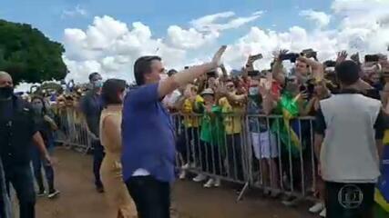 Bolsonaro recebe manifestações de apoio e provoca aglomeração no dia do aniversário