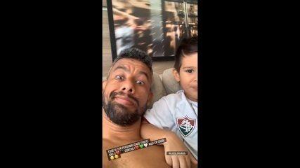 Léo Moura mostra filho com a camisa do Fluminense