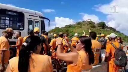 Funcionários da Comsercaf protestam contra atraso de salários em Cabo Frio