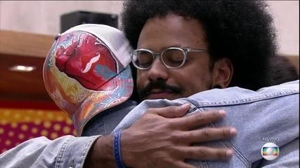 Brothers se abraçam depois da conversa do Tiago Leifert na casa do BBB21