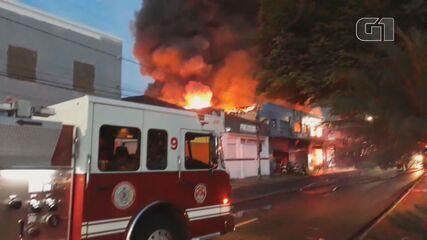 Loja é tomada por incêndio em Ribeirão Preto, SP
