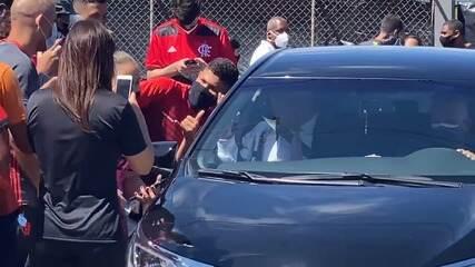 Marcos Braz, dirigente do Flamengo, é cercado por torcedores na saída do CT do Brasiliense