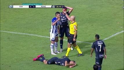 Expulso! Geovane protege com o corpo, mas deixa o braço no rosto do adversário e recebe o vermelho, aos 36 do 2º