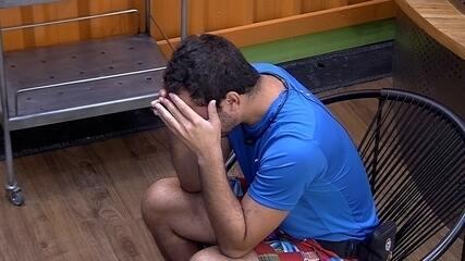Gilberto chora na academia do BBB21: 'Todo mundo sabe que eu vou sair'