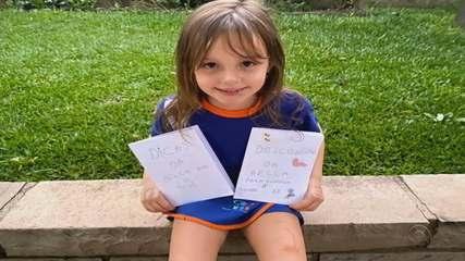 Menina cria caderno de atividades para ajudar na recuperação do avô em Bento Gonçalves