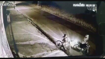 Vídeo flagra assaltante derrubando jovem de bicicleta para roubar celular em Itanhaém, SP