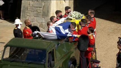 Caixão do Príncipe Philip é coberto com seu estandarte pessoal