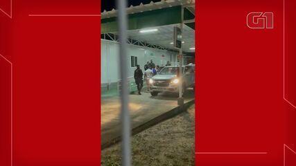 Senador Flávio Bolsonaro deixa a UPA do Pecém após acidente no litoral. Crédito: Serginho/Portal Papel Pã Notícias