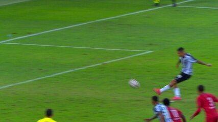 Gol de Guilherme Arana. Lateral cobra o pênalti no alto e vira o jogo, aos 44' do 2º T