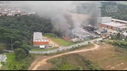 Imagem aérea mostra destruição causada por incêndio em galpões de recicláveis, em Fazenda