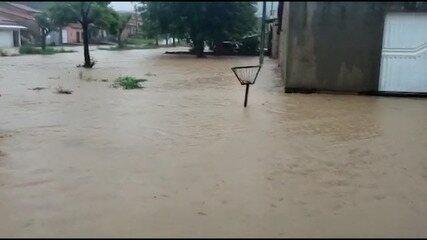 Após forte chuva, água alaga ruas e invade casas em Barra do Corda